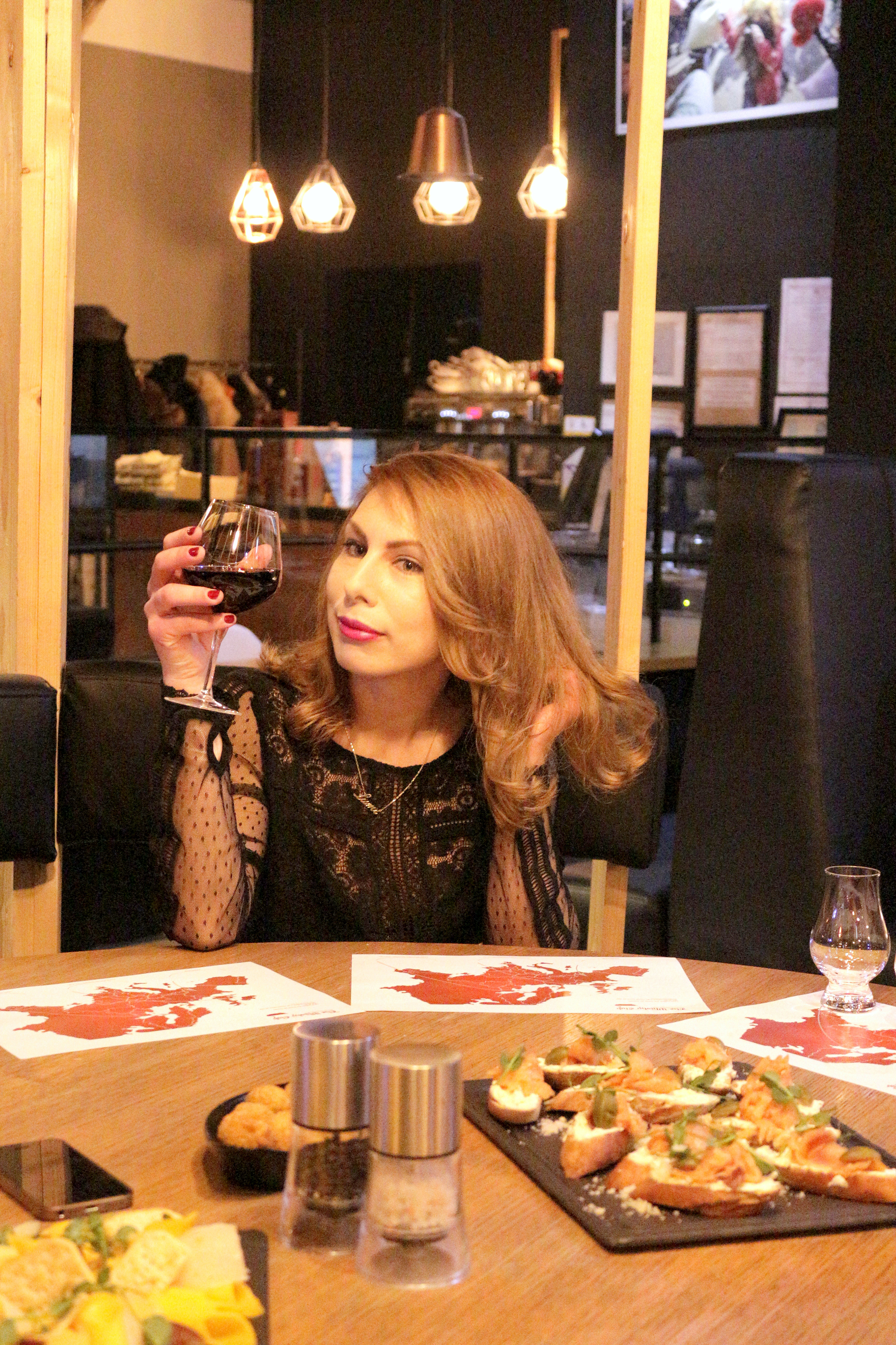 GRAM BISTRO – vinuri, fructe de mare și măr copt în Amaretto