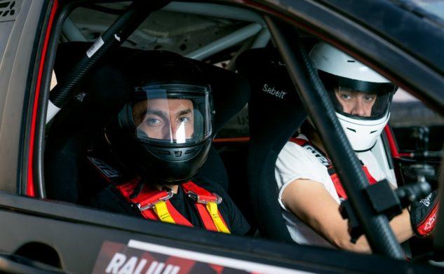 Fii alături de echipajul de raliu #324 și ajută-i pe pilot & copilot să continue cursa!